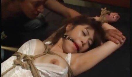 लड़की, जंगल ब्लू फिल्म फुल सेक्सी एचडी में चलने के बाद, एक छेद के साथ मालिकों की जगह